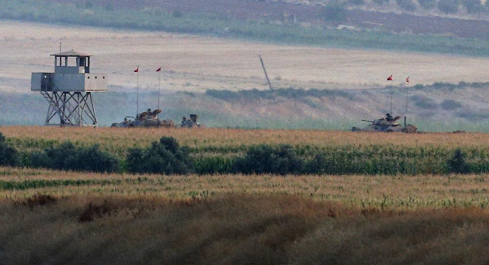 Artiglieria turca al confine con la Siria