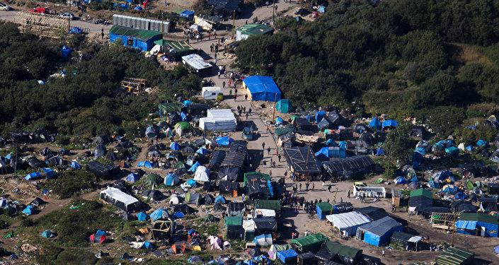 Migranti: cominciato sgombero della giungla di Calais