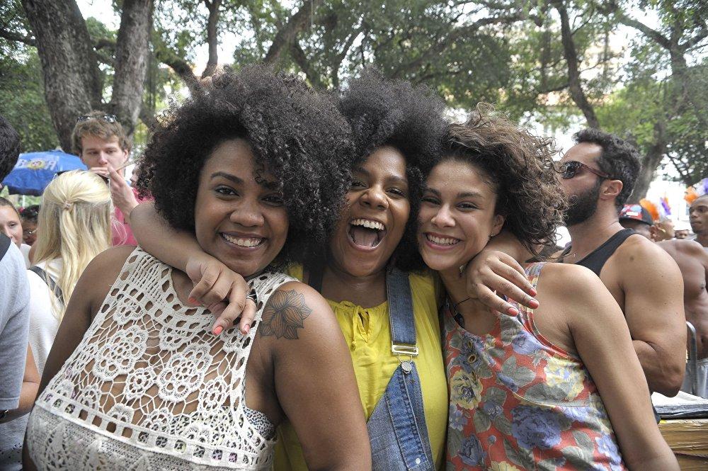 Ragazze sorridenti all'apertura ufficiale del Carnevale nella Piazza XV di Rio