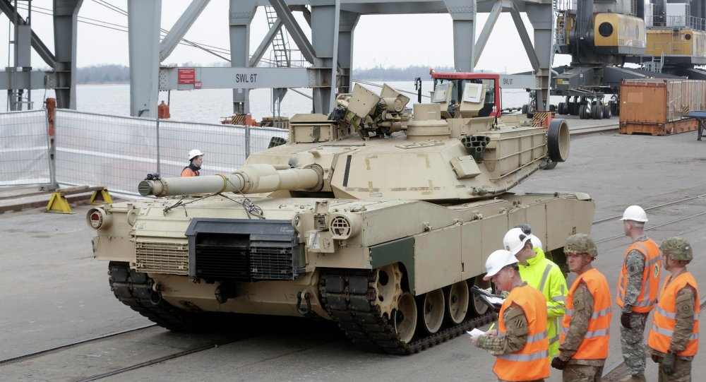 Il carro armato Abrams nel porto di Riga dove e`arrivato per far parte di esercitazione della NATO