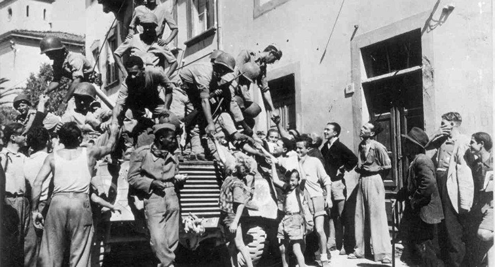 Soldati brasiliani salutano i civili a Massarosa, nel settembre del 1944