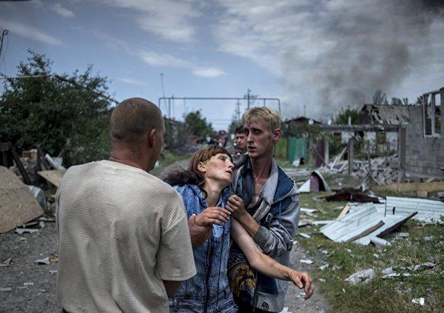 Civili di Lugansk dopo un bombardamento (foto d'archivio)