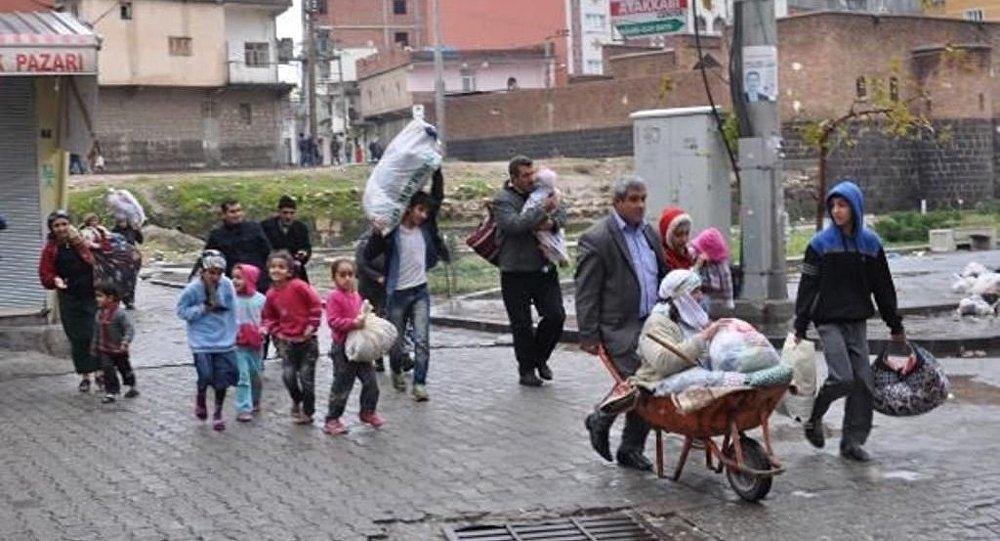 Civili in fuga da Cizre da operazione anti-terrorismo di Erdogan