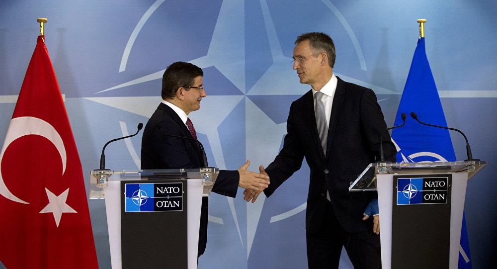Il premier turco Ahmet Davutoglu e il segretario generale della NATO Jens Stoltenberg