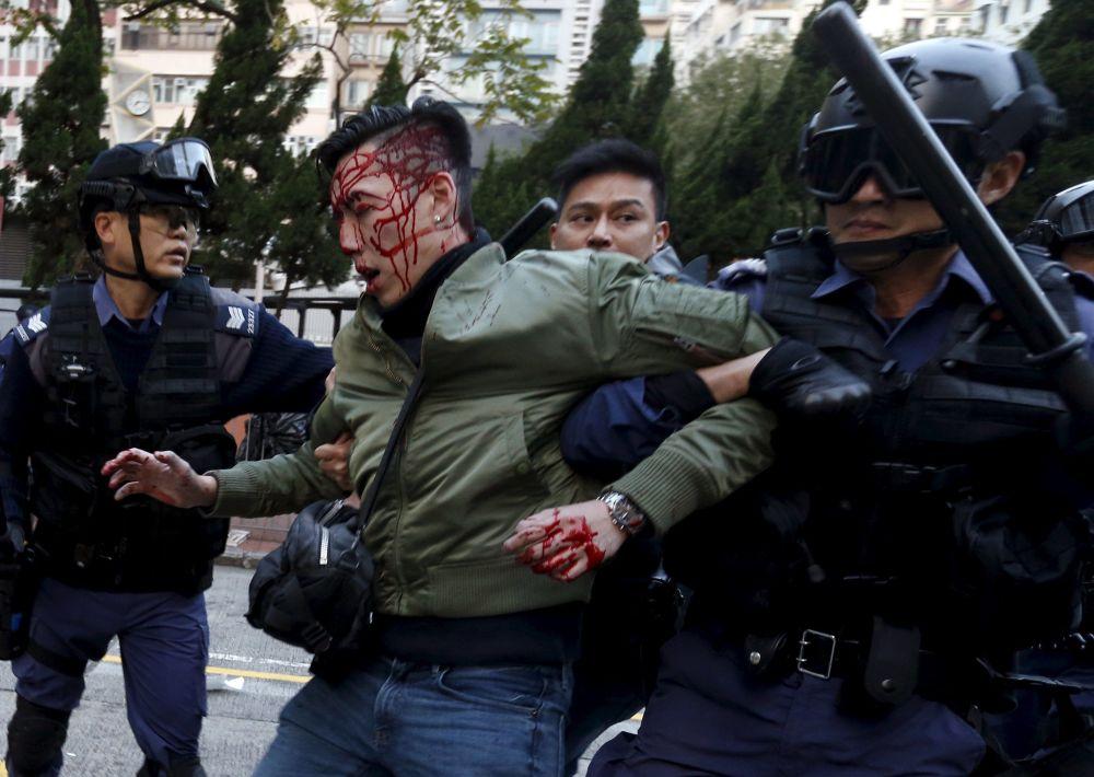 Gli scontri della polizia di Hong Kong e i manifestanti.