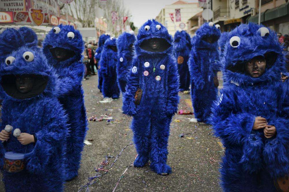 La gente nei costumi da Cookie Monster al carnevale a Torres Vedras, Portogallo.