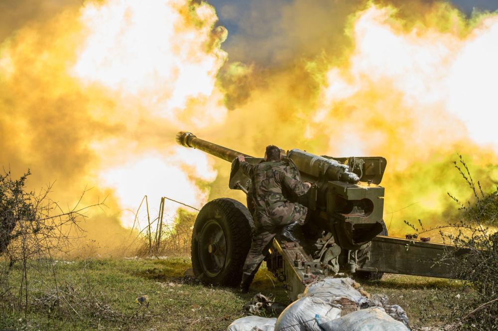 Gli artiglieri dell'esercito siriano fanno fuoco nella provincia di Idlib, Siria.