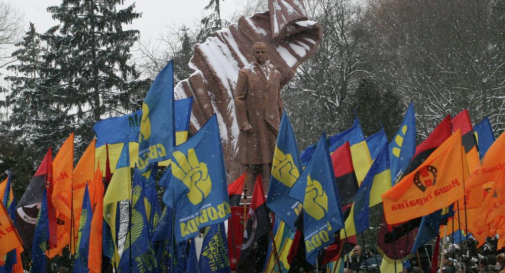 Nazionalisti ucraini presso la statua di Stepan Bandera a Ternopil (foto d'archivio)
