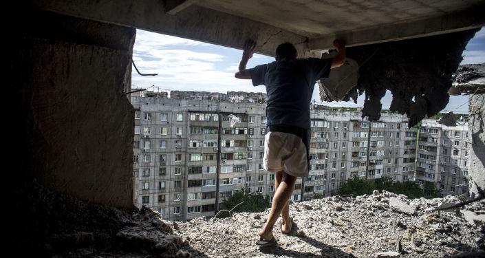 Una casa distrutta a Lugansk