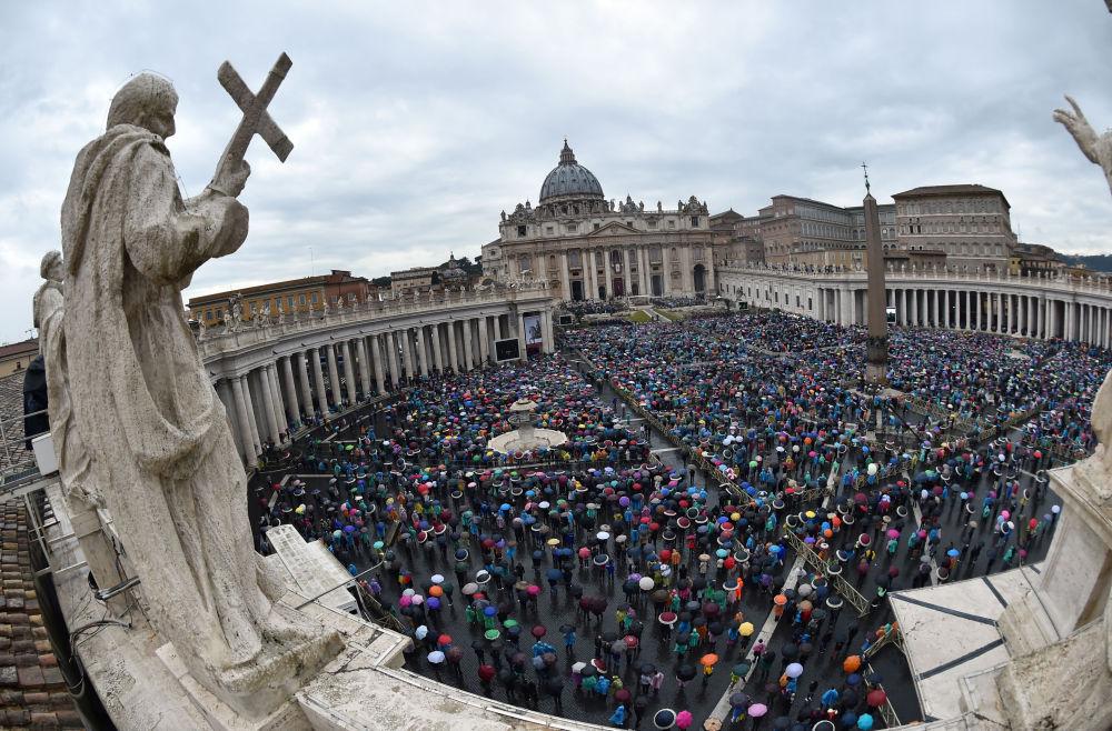 Piazza San Pietro gremita di fedeli.