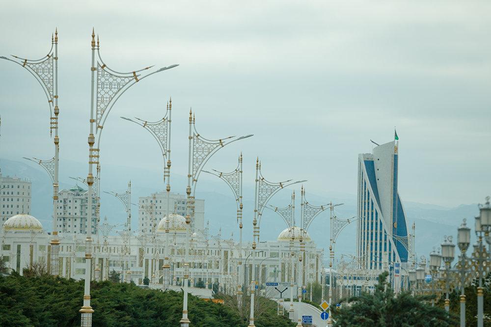 Ashgabat, veduta di uno degli enormi viali del centro città. Sullo sfondo il Palazzo del Consiglio dei Saggi