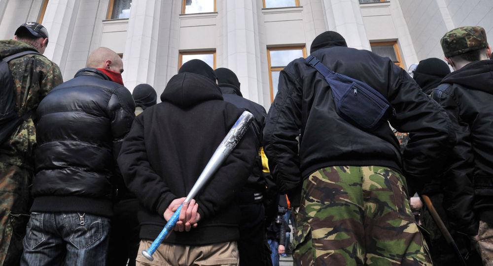 Attivisti di Settore destro di fronte alla Rada Suprema