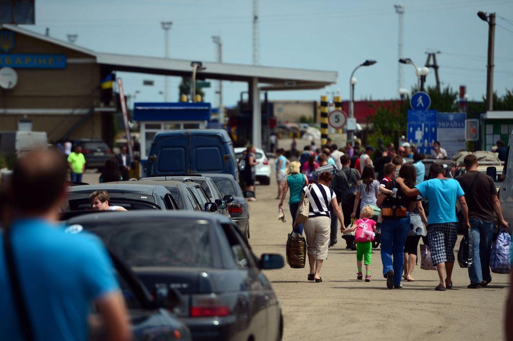 Profughi al checkpoint di Izvarino nei pressi di Lugansk.