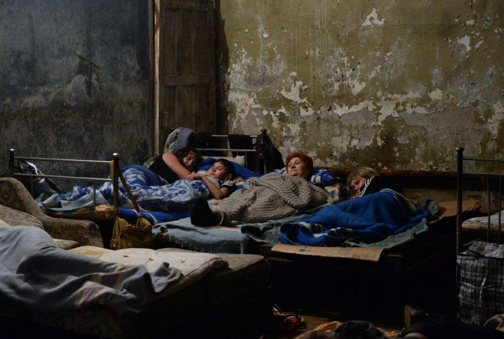 Abitanti di Gorlovka nel rifugio sotterraneo durante l'attacco alla città.