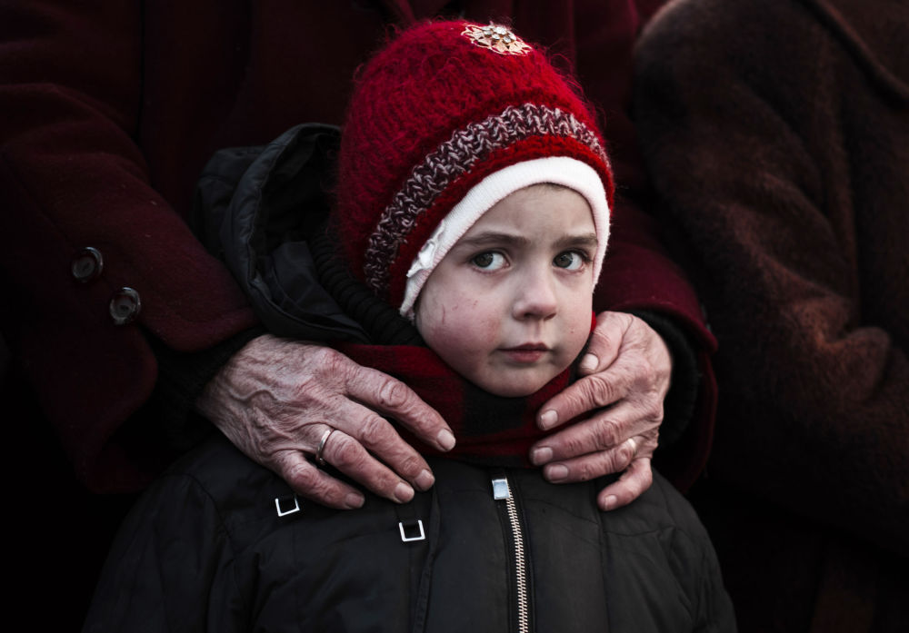 Una bambina in coda per gli aiuti umanitari a Debal'tsevo.