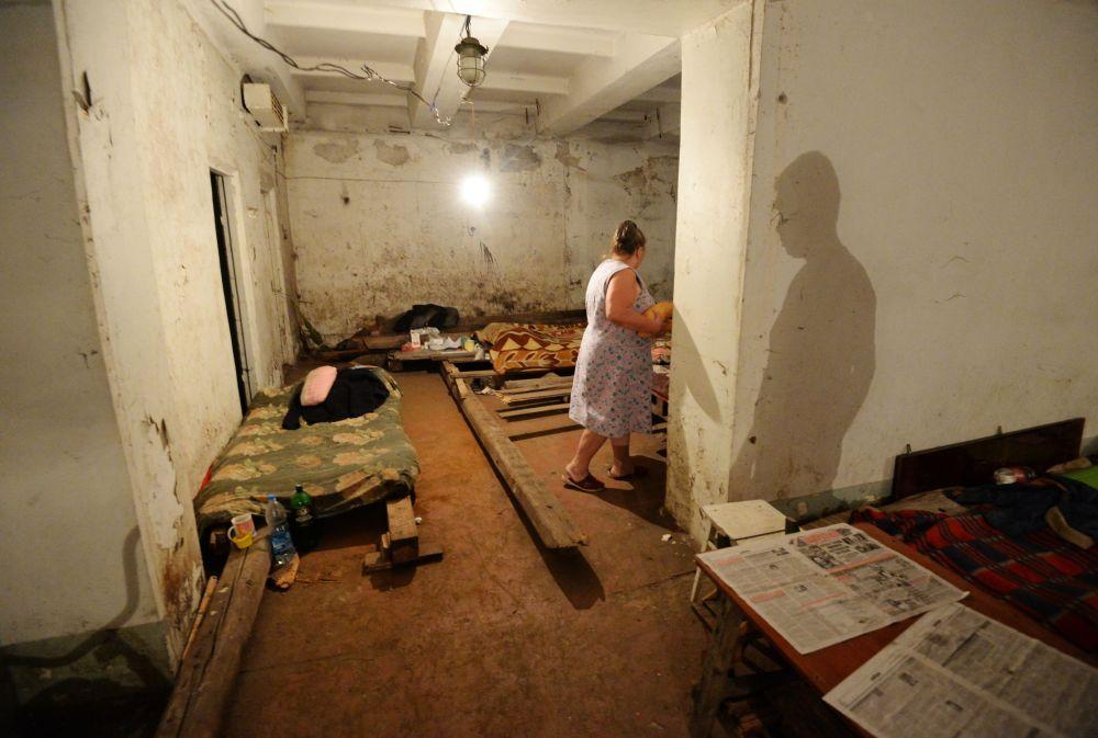 Una signora, abitante di Gorlovka, cerca scampo dai bombardamenti nella cantina di casa.