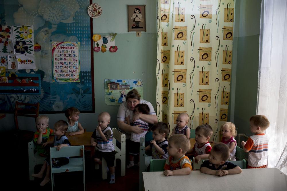 Evacuazione dei piccoli ospiti di un orfanotrofio a Lugansk.