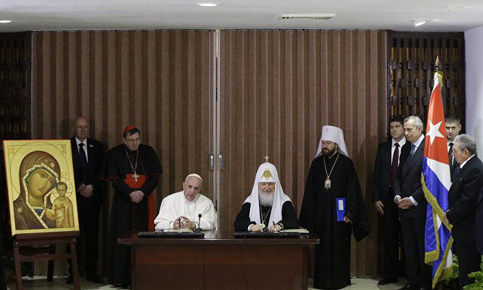 Il papa Francesco e il patriarca Kirill nel conro dell'incontro storico all'Avana