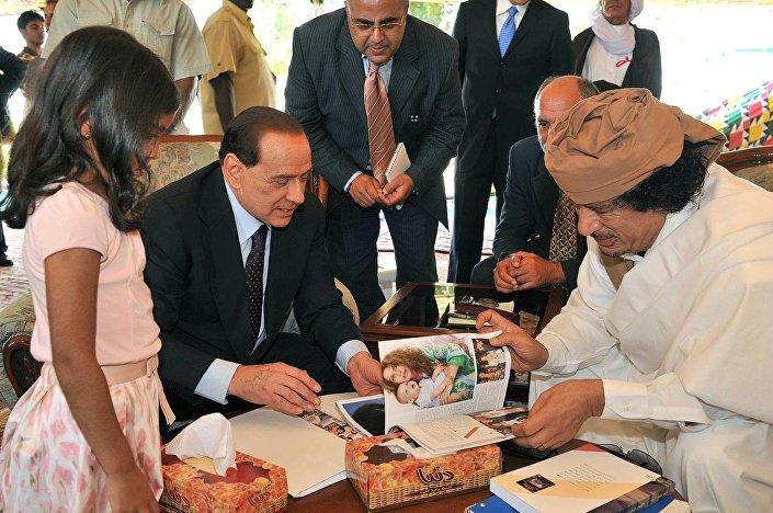 Berlusconi mostra a Gheddafi le foto dei nipotini nell'incontro di Bengasi del 2008