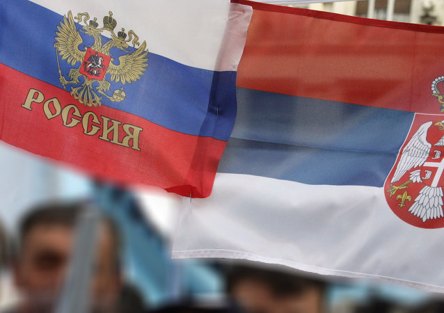 Le bandiere della Russia e della Serbia