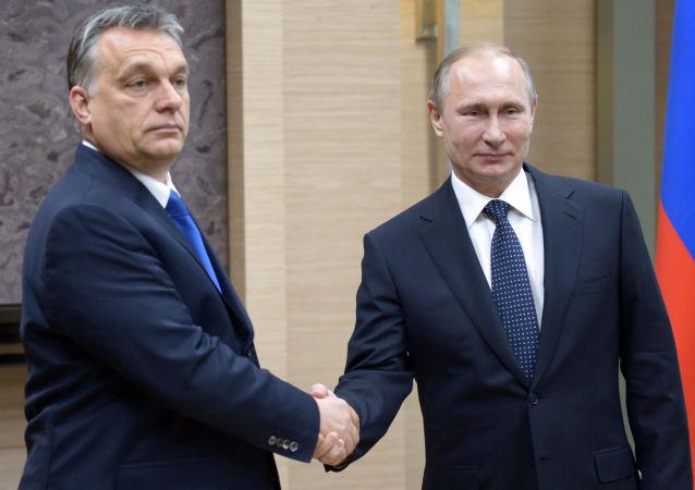 Viktor Orban e Vladimir Putin a Mosca (foto d'archivio)