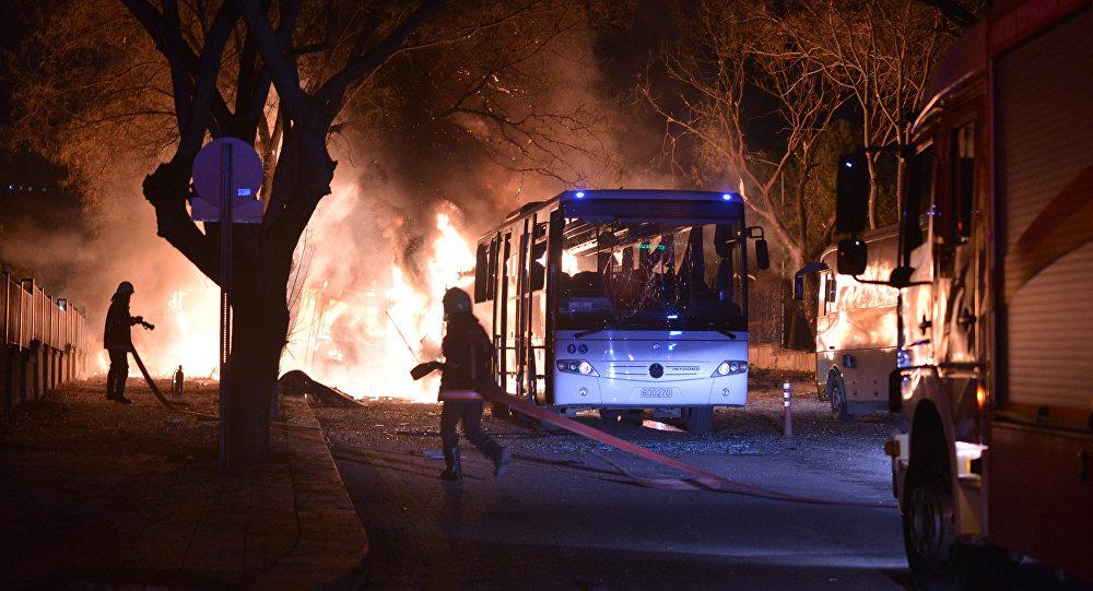 Pompieri in azione sul luogo dell'esplosione ad Ankara