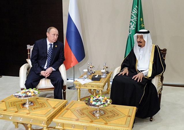 Putin e re saudita Salman bin Abdulaziz Al Saud (foto d'archivio)