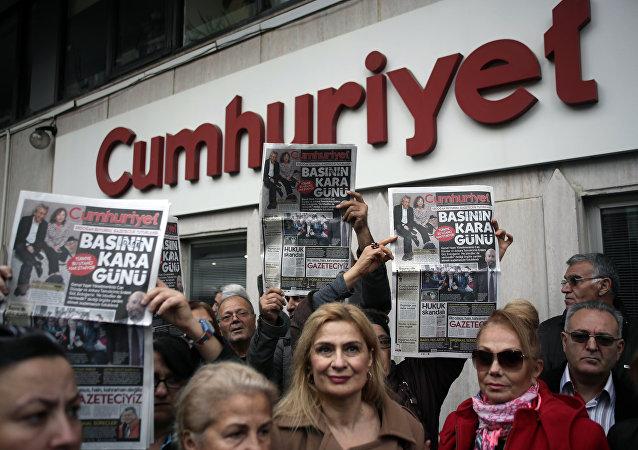 La gente protesta contro la carcerazione di Can Dundar, caporedattore del giornale Cumhuriyet
