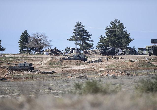 Artiglieria turca sul confine siriano