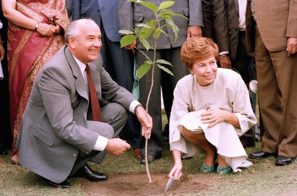 Il Segretario generale del PCUS Mikhail Gorbaciov con sua moglie Raisa Gorbaciova durante la loro visita in India.