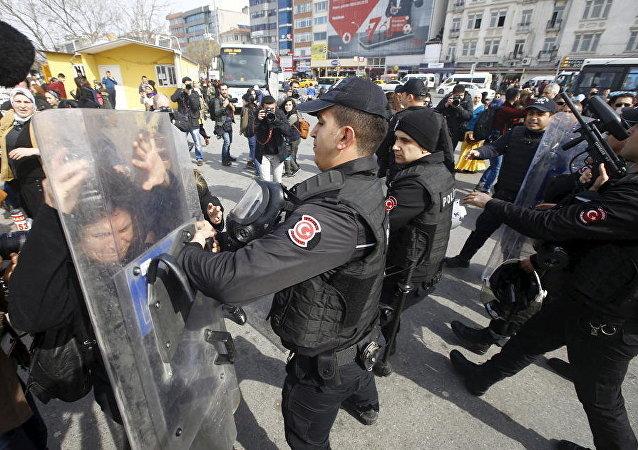 Manifestazione di donne repressa dalla polizia turca (foto d'archivio)