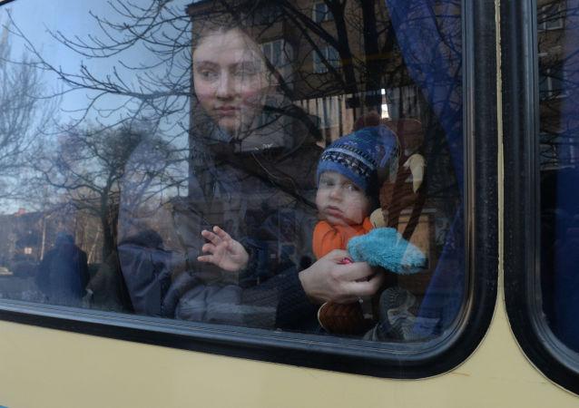 Profughi ucraini in partenza verso la Russia