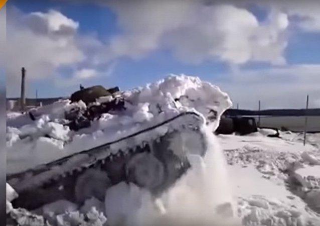 VTT appare da sotto la neve