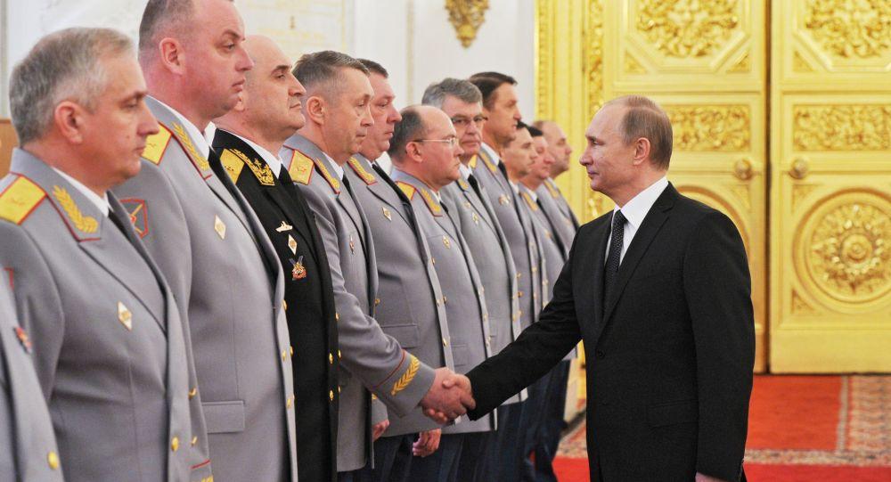 Presidente Putin durante la presentazione degli alti ufficiali delle forze armate