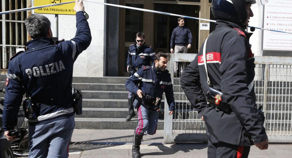 Carabinieri all'uscita dal tribunale di Milano