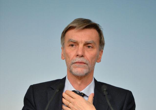 Graziano Delrio, diventato il Ministro per le infrastrutture, ha sostituito Claudio De Vincenti
