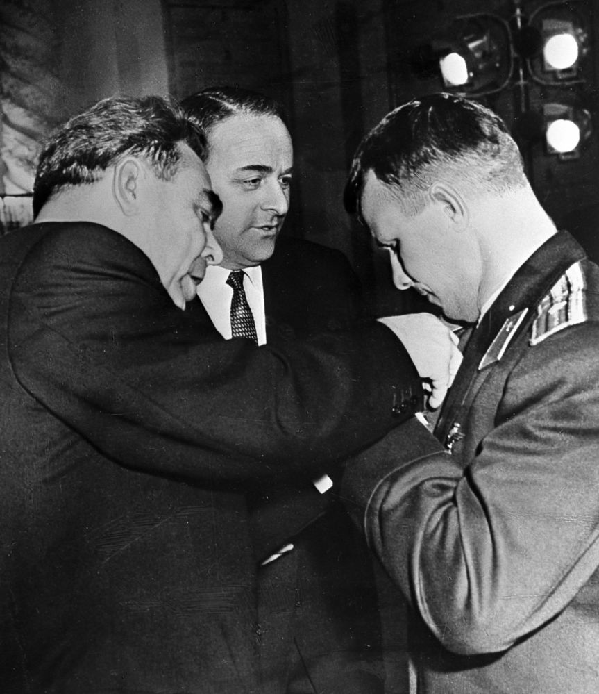 Il presidente dell'URSS Leonid Brezhnev premia Yuri Gagarin.