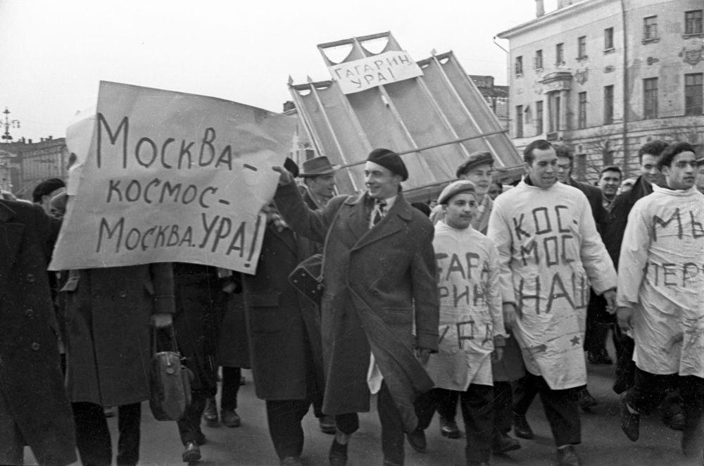 Studenti ad una dimostrazione in onore di Yuri Gagarin.