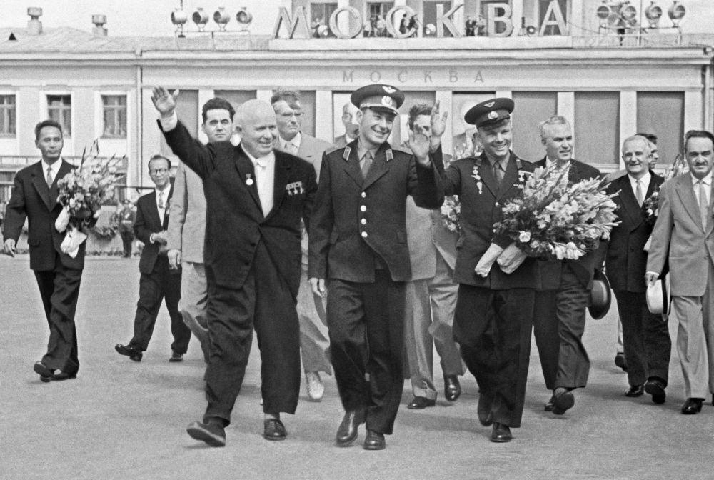 Nikita Krushev insieme ai cosmonauti German Titov e Yuri Gagarin.