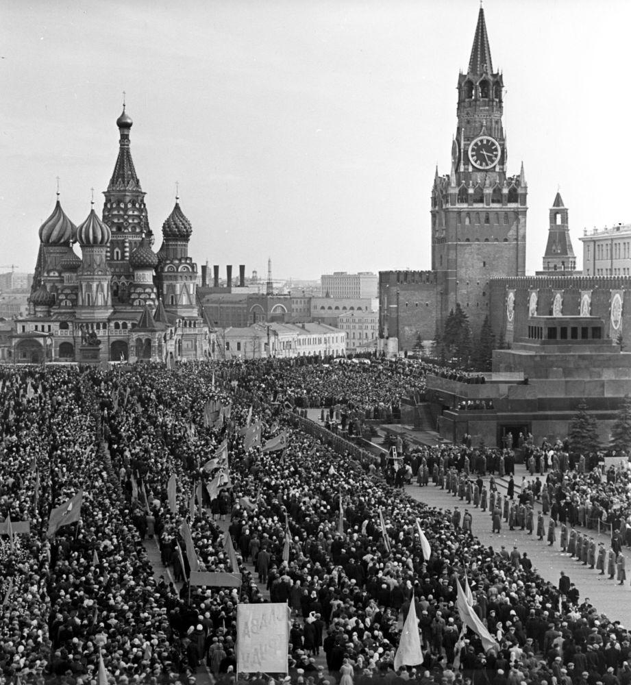 Mosca, la piazza Rossa in festa rende omaggio a Yuri Gagarin.