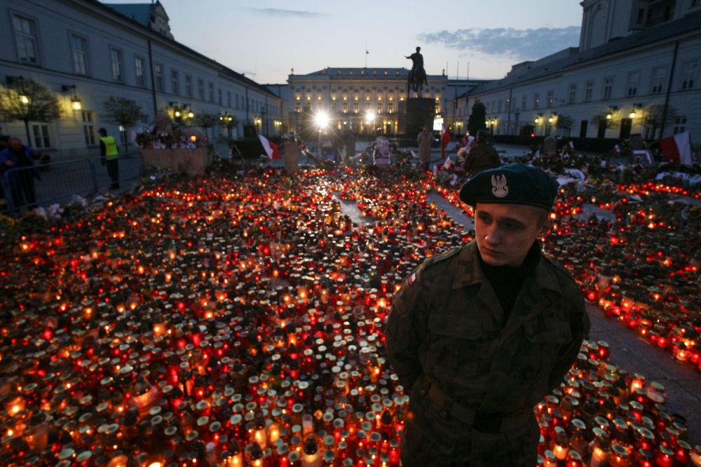 Cracovia, candele accese in memoria dei caduti all'indomani dello schianto.