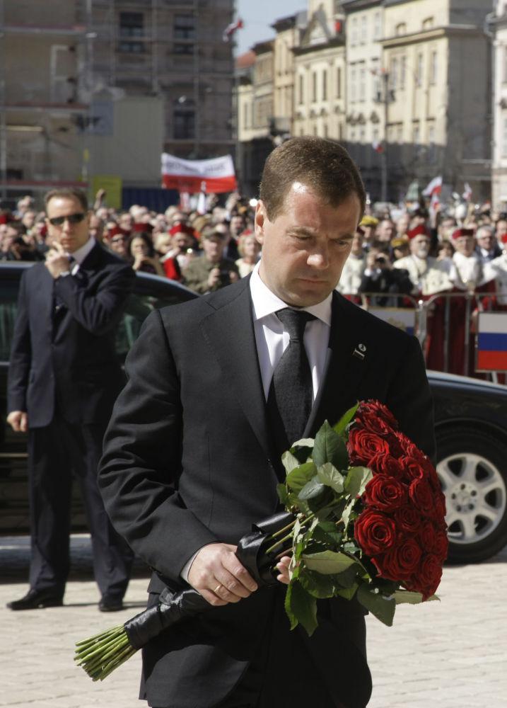 Il presidente della Federazion Russa Dmitry Medvedev depone un mazzo di fiori davanti alla foto del presidente polacco.