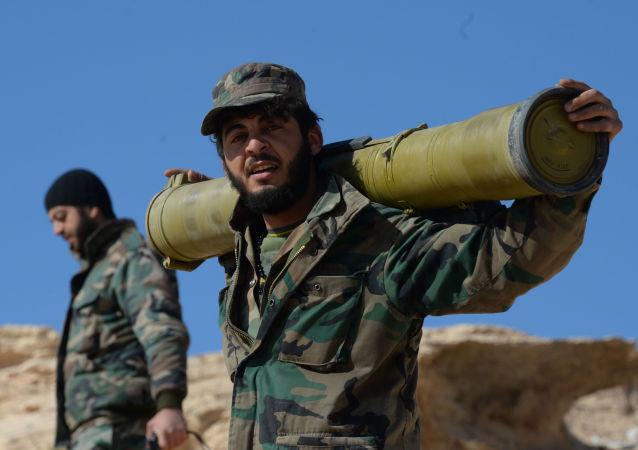 Soldati dell'esercito siriano nei pressi di Palmira