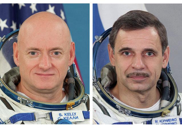 L'astronauta della NASA Scott Kelly (a sinistra) e il cosmonauta russo Mikhail Kornienko