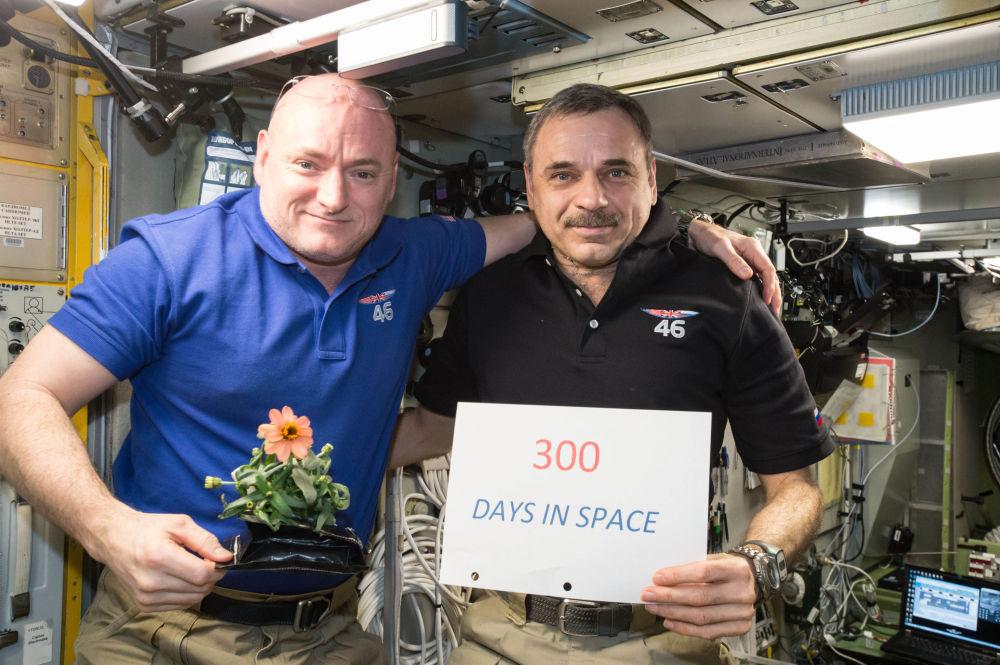 L'astronauta americano Scott Kelly e il cosmonauta russo Mikhail Kornienko celebrano il 300º giorno nello spazio il 21 gennaio, 2016.