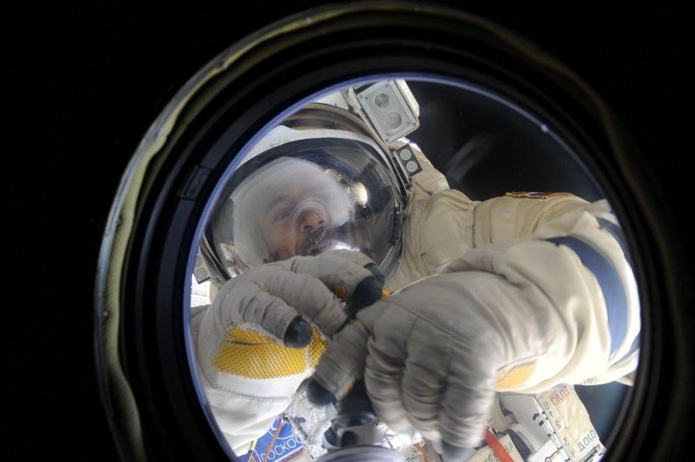 L'uscita del cosmonauta Mikhail Kornienko nello spazio aperto.