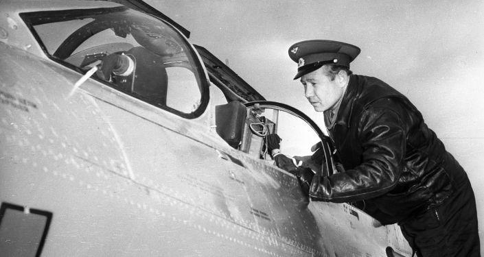 Alexey Leonov, pilota cosmico dell'URSS prima del volo d'addestramento sul caccia MiG-21