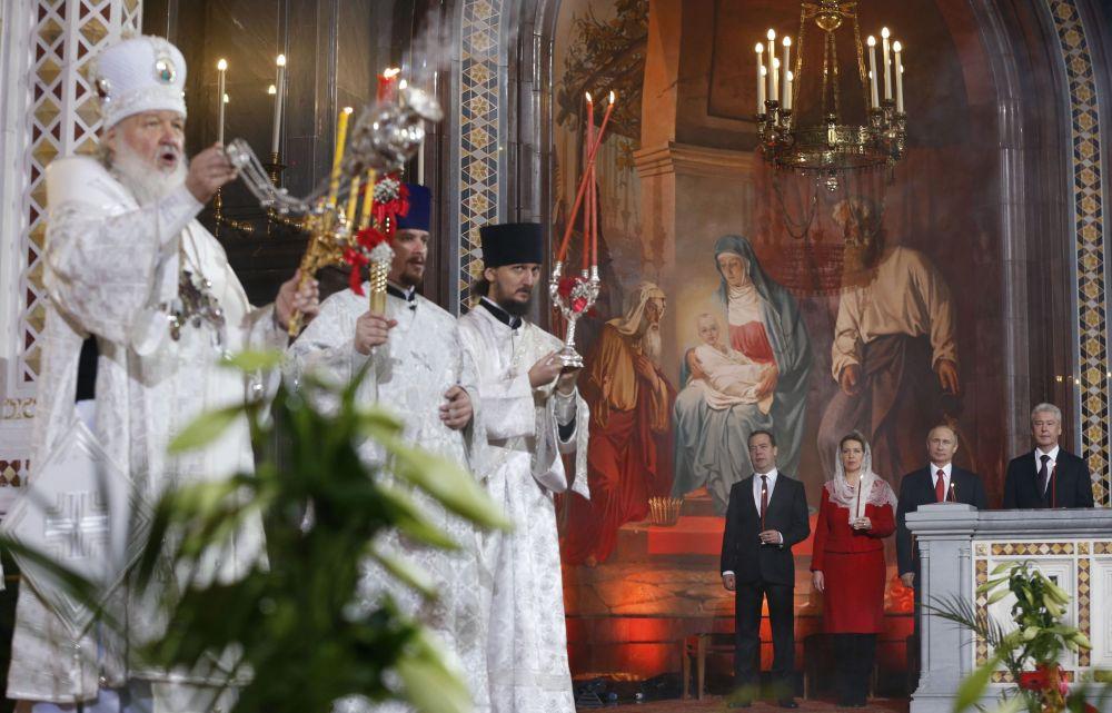 Il presidente della Federazione Russa Vladimir Putin, il premier Dmitry Medvedev con la moglie Svetlana ed il sindaco di Mosca Sergej Sobyanin assistono al rito pasquale nella Chiesa di Cristo Salvatore a Mosca