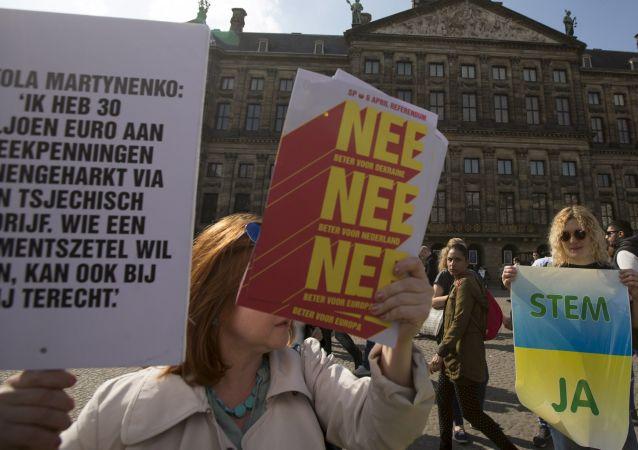 Sostenitori e oppositori dell'associazione Ucraina-UE ad Amsterdam