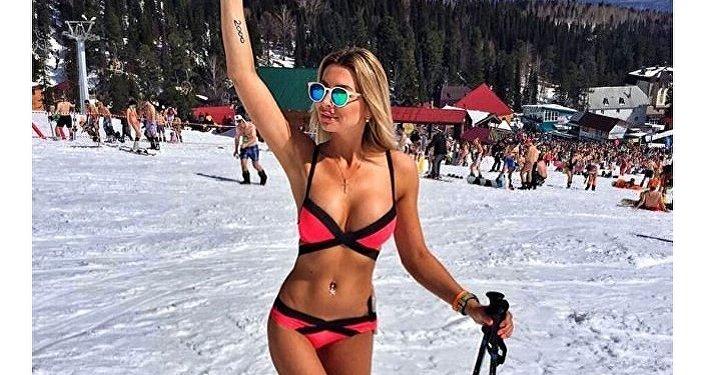 Una sciatrice in bikini